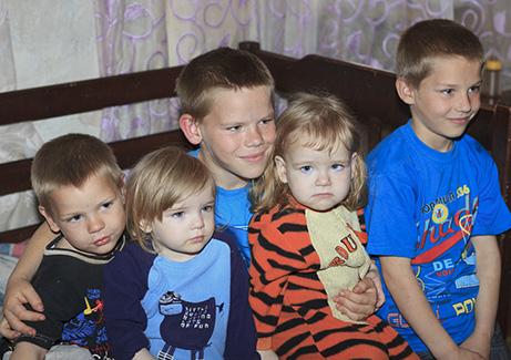 Nämä lapset asuvat nyt äidin ja isonveljen kanssa hometalossa