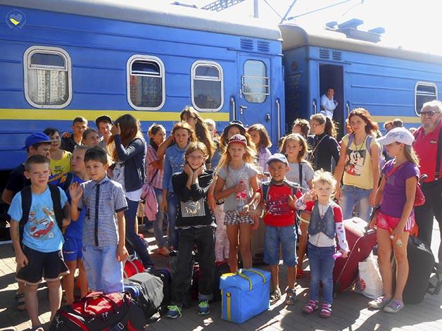 lapset-takaisin_junaasemalla